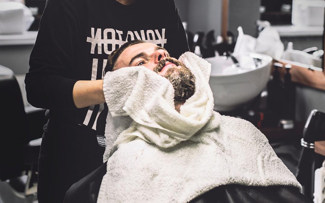 ¿Por qué se sigue usando la toalla húmeda en las barberías?